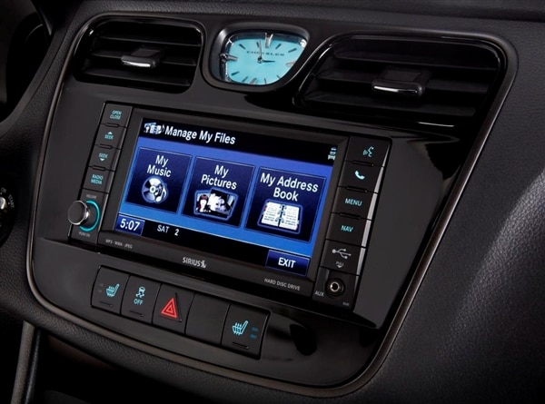 2013.5-chrysler-200-s-special-edition-center-display-detail-600-001